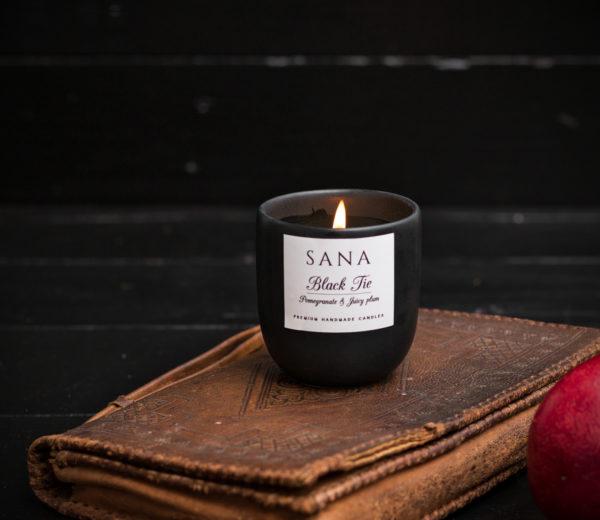 lumanare parfumata premium cu rodie si piele in recipient ceramic refolosibil