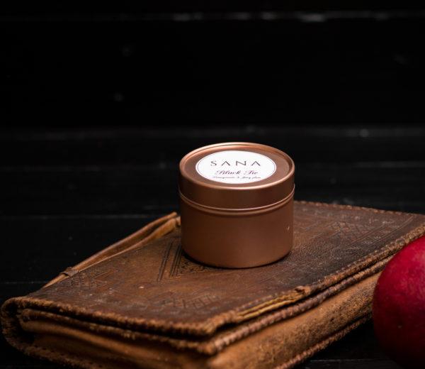 lumanare parfumata premium cu rodie pruna si piele in cutie metalica mica