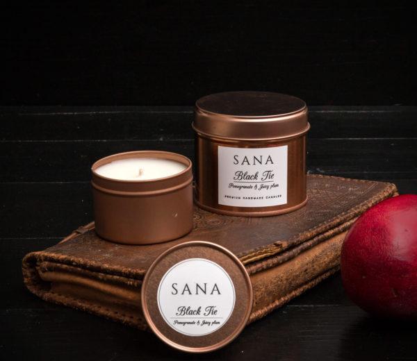 lumanare parfumata premium cu rodie pruna si piele in cutie metalica mare
