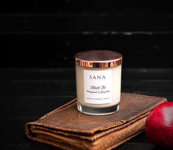 lumanare parfumata premium cu rodie si piele in recipient de sticla cu capac