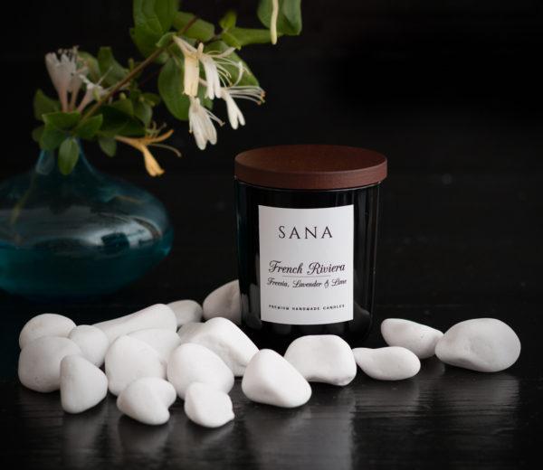 lumanare parfumata premium cu lavanda si frezii in sticla cu capac din lemn